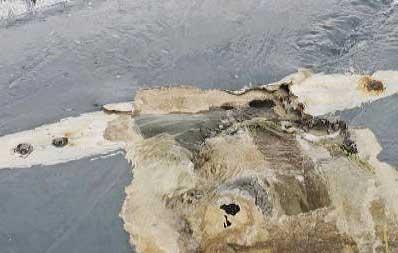 Il dettaglio della carena del Cheeki Rafiki rovesciato. Si notano i fori dei bulloni netti e con segni di ruggine. Foto US Coast Guard
