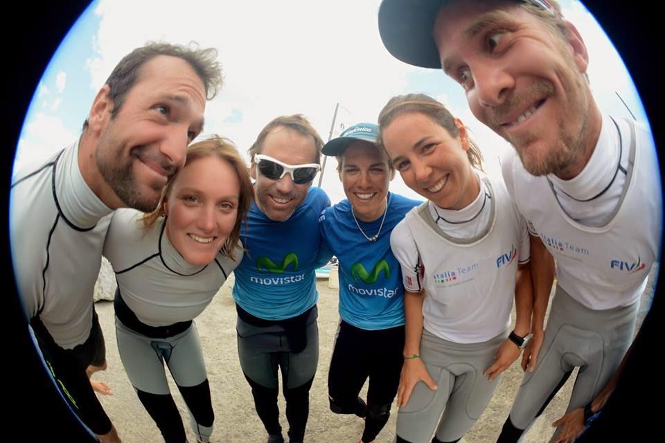 Vittorio Bissaro e Silvia Sicouri (a sinistra) insieme a Iker Martinez e Tara Pacheco (al centro) e a Billy Besson e Marie Riou, ovvero il podio dell'Europeo Nacra 17. Foto Beysens