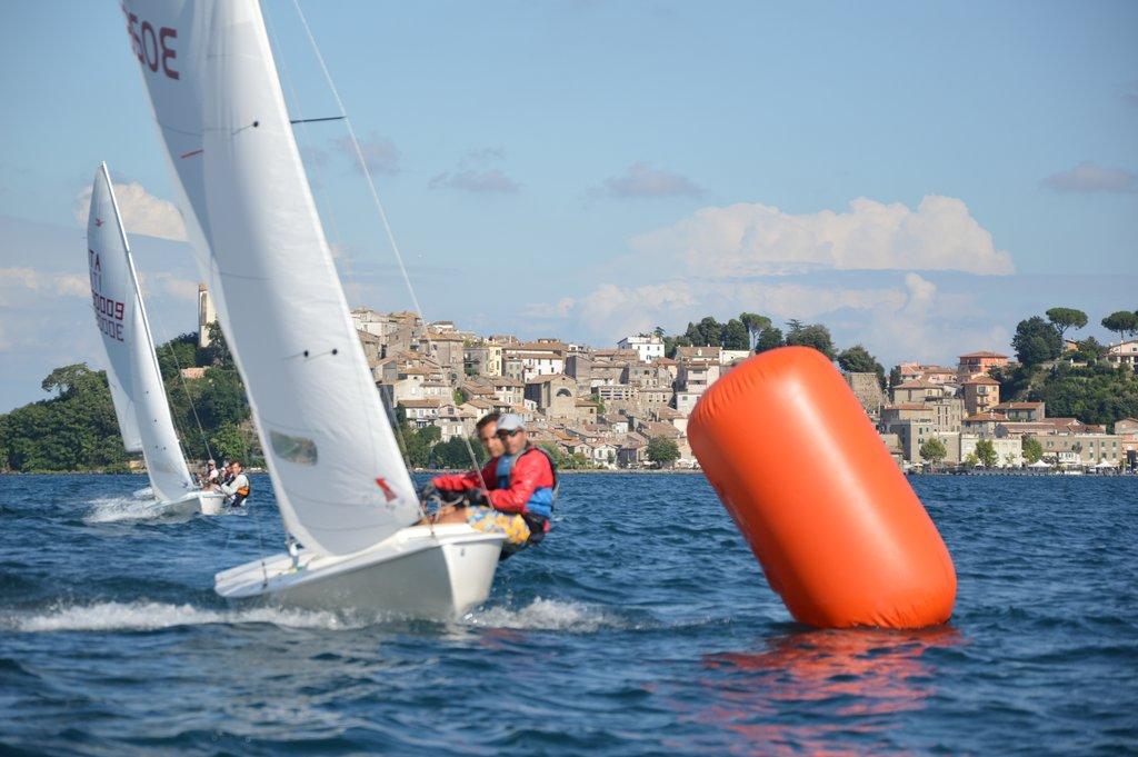 Solerio-Simonetti in regata sullo sfondo di Anguillara Sabazia