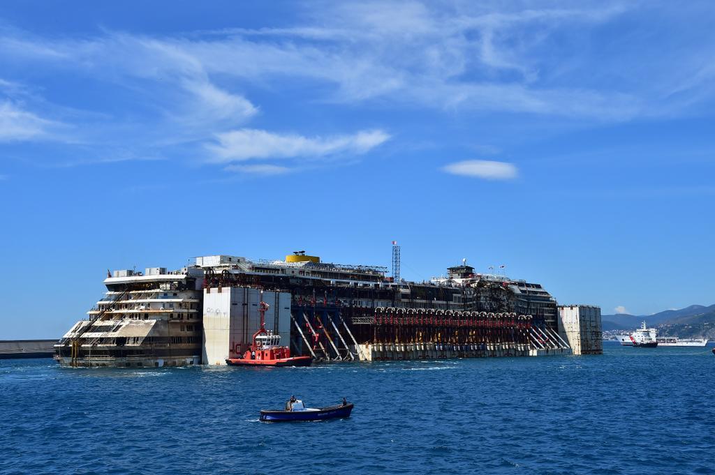 La Costa Concordia ormeggiata nel porto di Genova Prà.