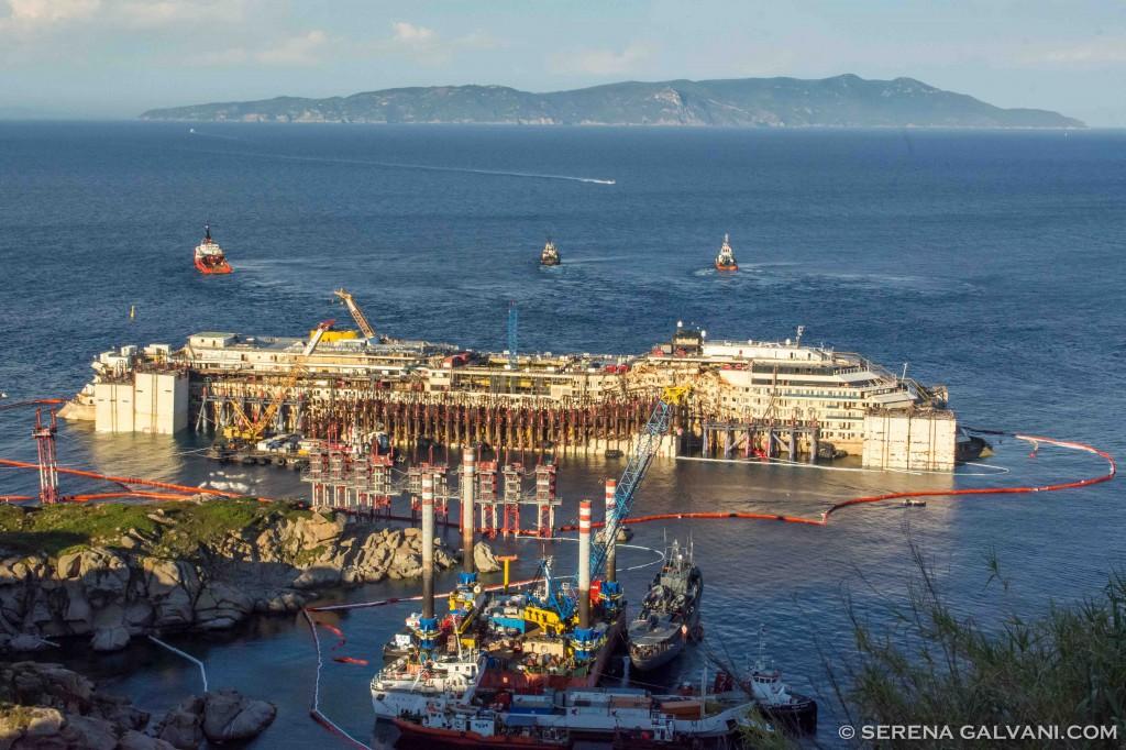 La Costa Concordia sollevata di 4 metgri venerdì 18 alle 18:30. Foto Galvani per FareVela
