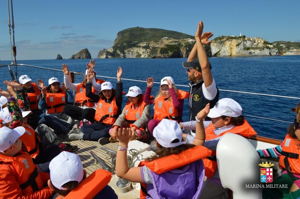 """Il progetto """"delfini guardiani"""" insieme all'Associazione Marevivo ha l'obiettivo di sensibilizzare i giovani a nei confronti delle problematiche ambientali e nella salvaguardia del proprio territorio."""