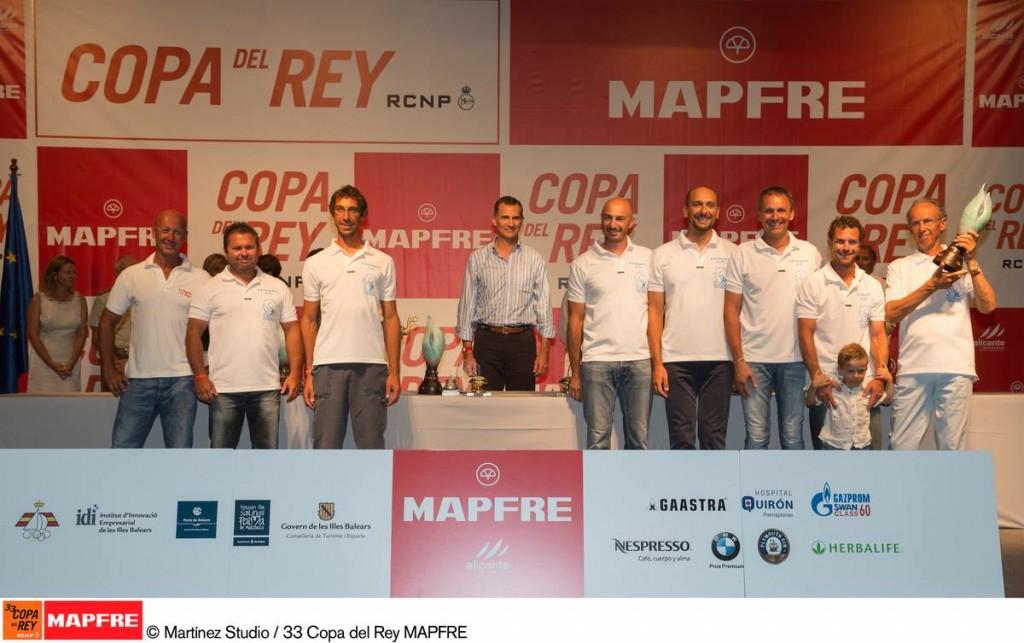 L'equipaggio di Lelagain sul podio insieme a Felipe VI. Foto Martinez