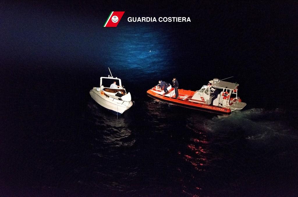 Un momento del salvataggio di un natante a motore da parte della Guardia Costiera