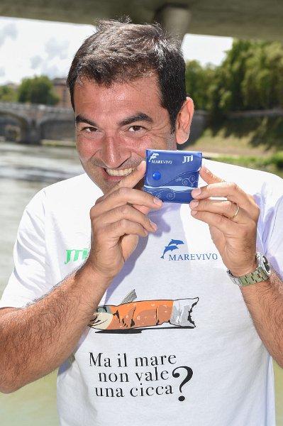 """Max Giusti, testimonial d'eccezione della campagna """"Ma il mare non vale una cicca?"""""""
