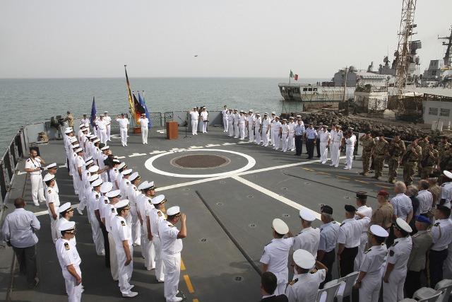Un momento della cerimonia che ha segnato il passaggio di consegne fra le due marine militari italiana e tedesca all'interno dell'operazione antipirateria denominata Atalanta