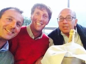 Vittorio d'Albertas (al centro) festeggia con un selfie insieme a Paco Rebaudi e Filippo Jannello...