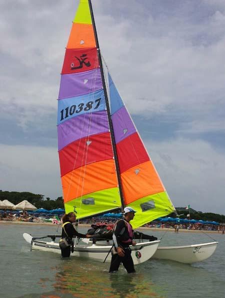 Vincenzo della Rovere e la compagna Laura sono pronti per la veleggiata che li porterà in quattro giorni da Pescara a Termoli e ritorno