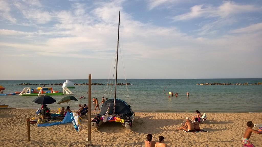 Una folla di bagnanti attorno al catamarano. Per Vincenzo e Laura un motivo in più per riprendere subito il largo
