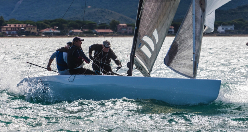 Un 5.5 in regata all'Argentario. Foto Lanfrancotti