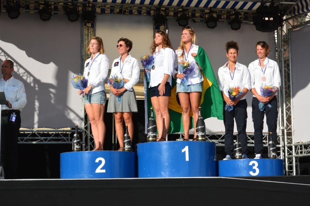 Il podio degli FX, con Giulia Conti e Francesca Clapcich. Foto SailRev