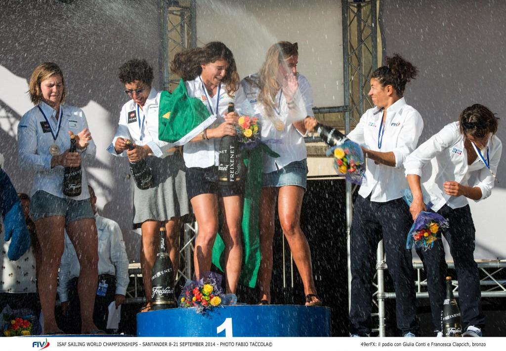 Giulia Conti innaffia si champagne Martine Grael. Foto Taccola/FIV