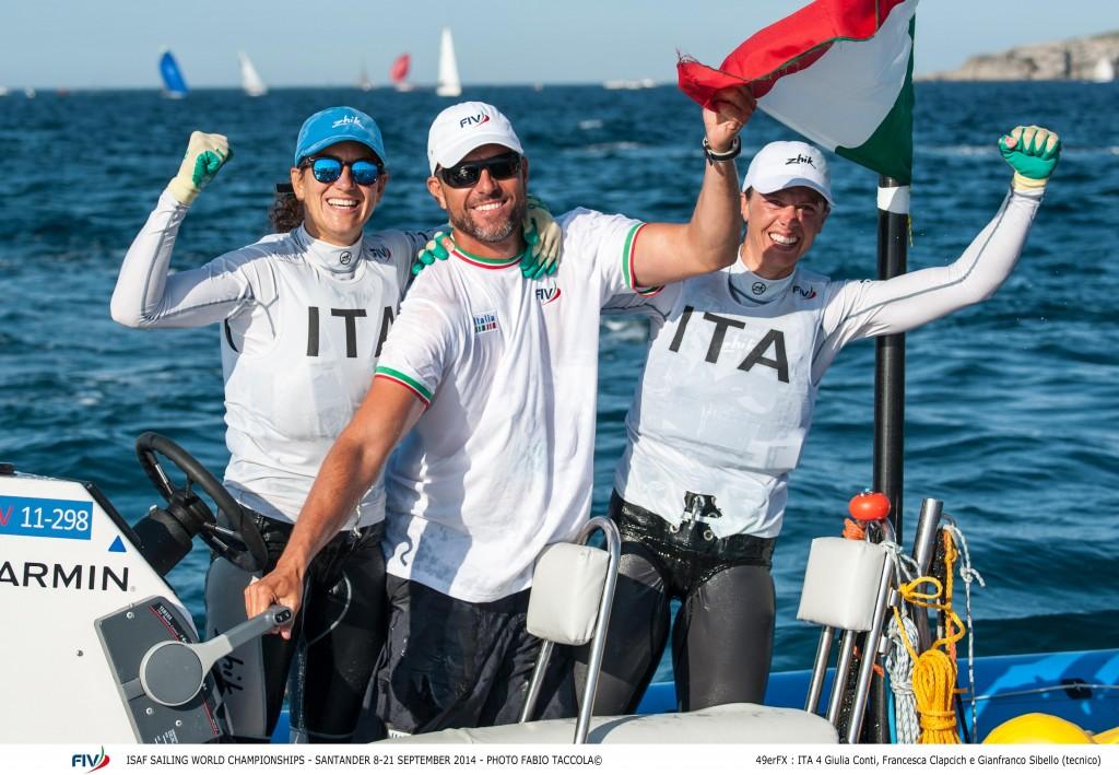 Giulia Conti e Francesca Clapcich con il coach Gianfranco Sibello. Foto Taccola/FIV