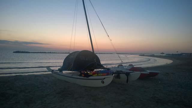 In spiaggia al tramonto l'Hobie 16 veniva atrezzato con una tenda per trascorrere la notte sotto un cielo stellato