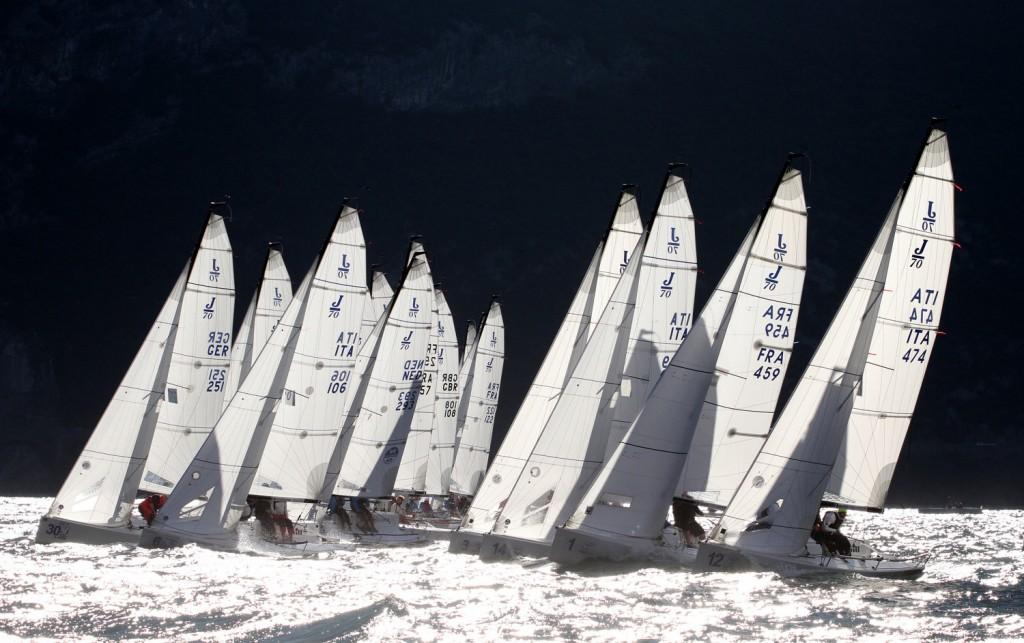 La flotta dei J70 in un bel controluce colto da Andrea Carloni sul Garda trentino