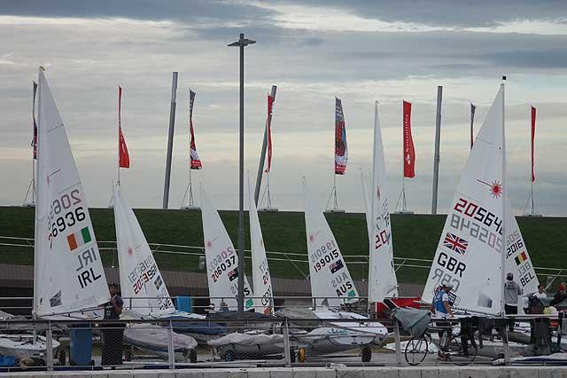 Ore 9:30, i Laser in attesa del vento. Foto Tognozzi