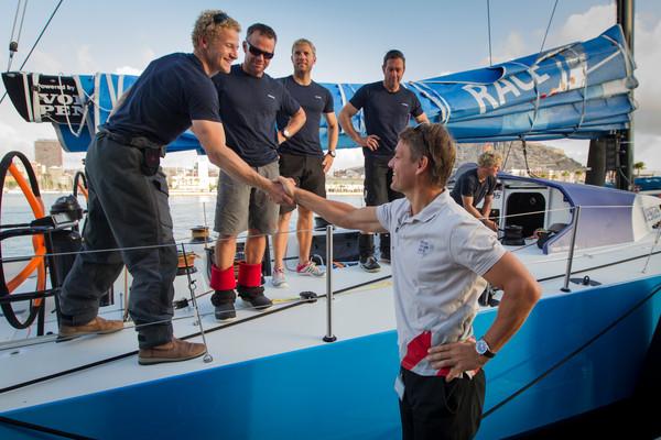 Il CEO della Volvo OR Knut Frostad dà iol benvenuto ad Alicante a Team Vestas. Foto Sànchez