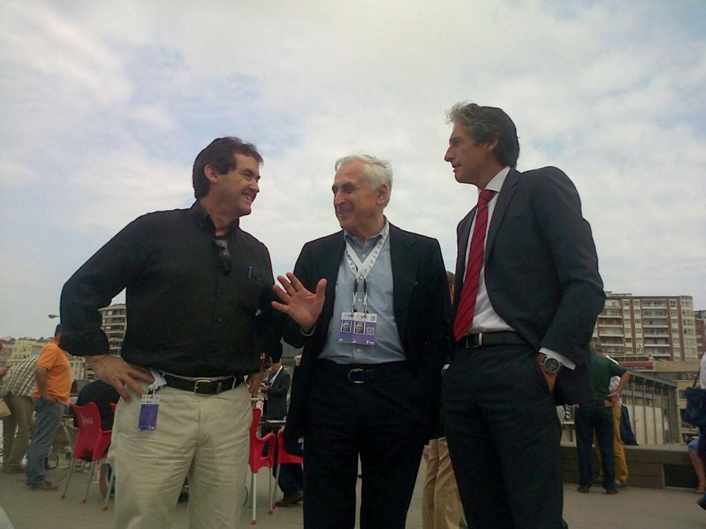 Il presidente dell'ISAF Carlo Croce, al centro, con il presidente della RFEV e il sindaco di Santander