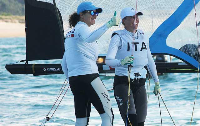 Giulia Conti e Francesca Clapcich festeggiano subito dopo l'arrivo. Foto Tognozzi