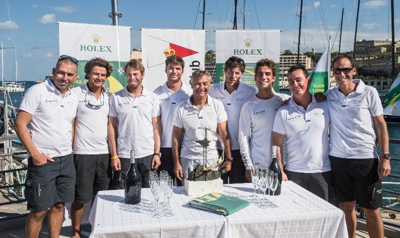 L'equipaggio vincitore overall: il J122 Artie di Lee Satariano. Foto Arrigo/Rolex