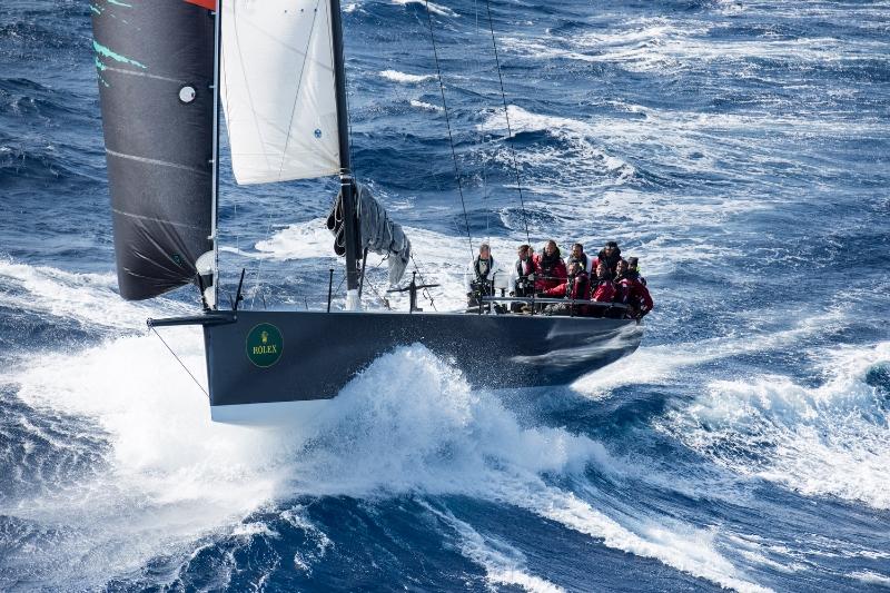 L'IRC 52 B2, vincitore nel 2013, naviga con randa di cappa e fiocco in approccio a Comino. Foto Arrigo/Rolex