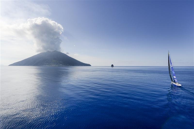Esimit Europa 2 verso Stromboli. Foto Arrigo/Rolex