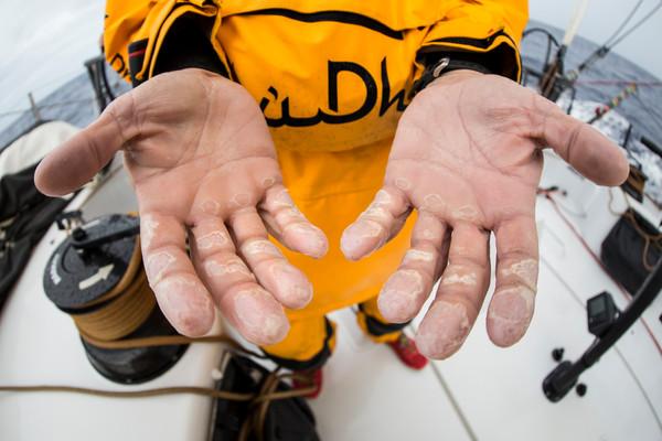 Le mani dei velisti su Azzam. Foto Knighton