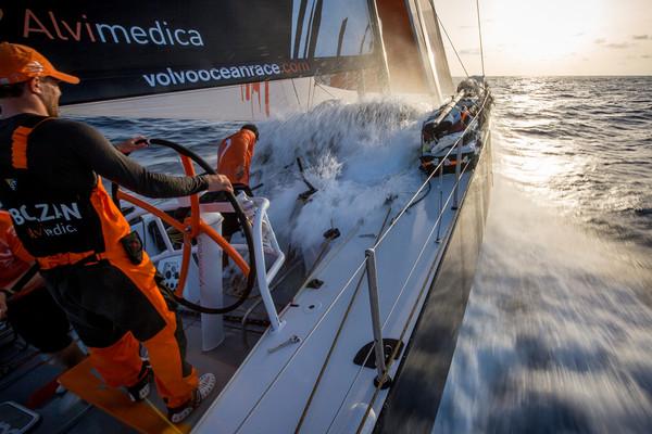 Alvimedica in velocità con Alberto Bolzan al timone... meno male che l'acqua del mare è a 30° da quelle parti. Foto Ross