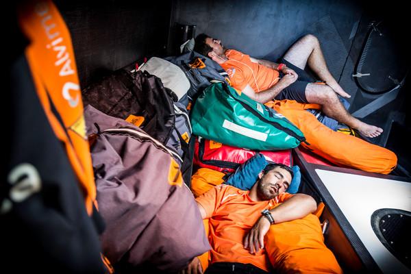 Così si dorme sui VO65. Alvimedica sottocoperta... Foto Ross