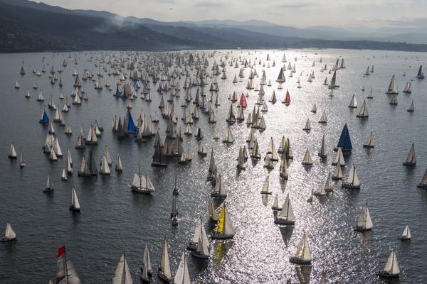 Vista aerea della flotta alla partenza. Foto Studio Borlenghi