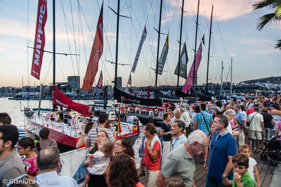 Il pubblico sulle banchine di Alicante al Villaggio Volvo Ocean Race. Foto Gianluca Di Fazio