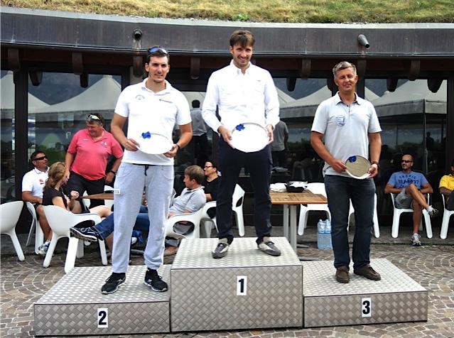 Il podio di Malcesine. A Giorgio Poggi il Trofeo Andrea Menoni. Foto Bruns