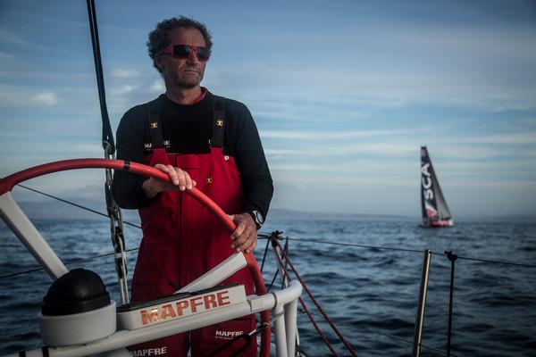 Michel Desjoyeaux al timone di Mapfre, sullo sfondo Team SCA. Foto Vignale