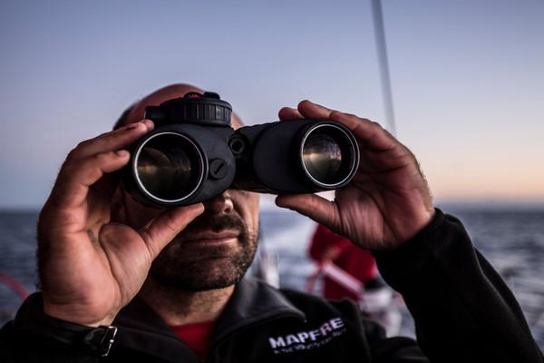 Xabi Fernandez di Mapfre scruta l'orizzonte con il binocolo Steiner in dotazione a Mapfre. Foto Vignale