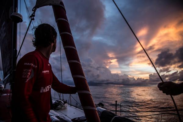 Iker Martinez, skipper di Mapfre, osserva le nuvole e i groppi nei dolldrum. Foto Vignale