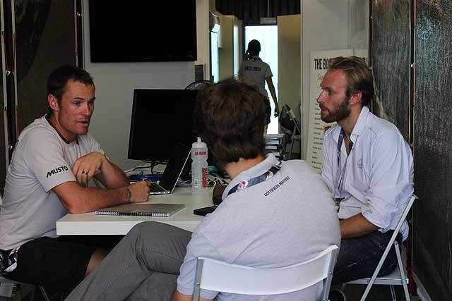 Luigi Maffioli (a destra) durante un briefing tecnico oggi ad Alicante