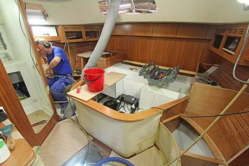 Un operaio è intento a lavorare nella cabina a poppa dell'HR 48 MK II. negli ultimi due mesi sono stati assunti in 23