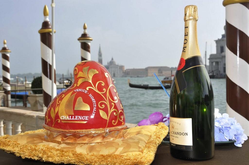 Sabato 18 ottobre si svolgerà la prima edizione del Venice Hospitality Challenge. Nella foto il premio e uno degli sponsor della manifestazione velica