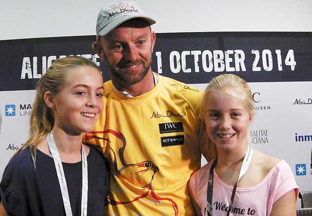 Lo skipper di Abu Dhabi Ian Walker con le due figlie alla vigilia della partenza. Foto Tognozzi