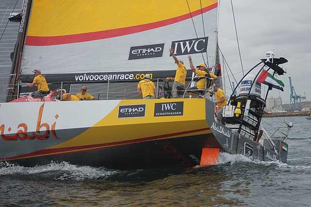 Ian Walker, skipper di Abu Dhabi, saluta il pubblico all'ultima boa del persorso costiero