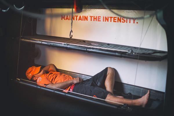 Turno di riposo a bordo di Alvimedica. Foto Ross