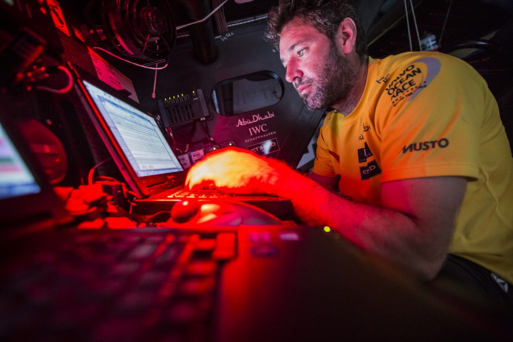 Simon Fisher, il navigatore di Abu Dhabi, al lavoro alla sua stazione su Azzam. Foto Knighton