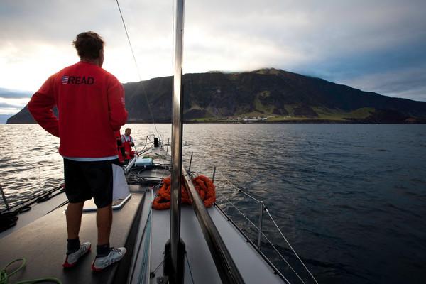 Ken Read osserva Tristan da Cunha durante la manovra di avvicinamento dopo il disalberamento nel Sud Atlantico. Foto Ross