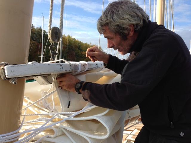 Vittorio Malingri al lavoro sul picco dell'albero di maestra