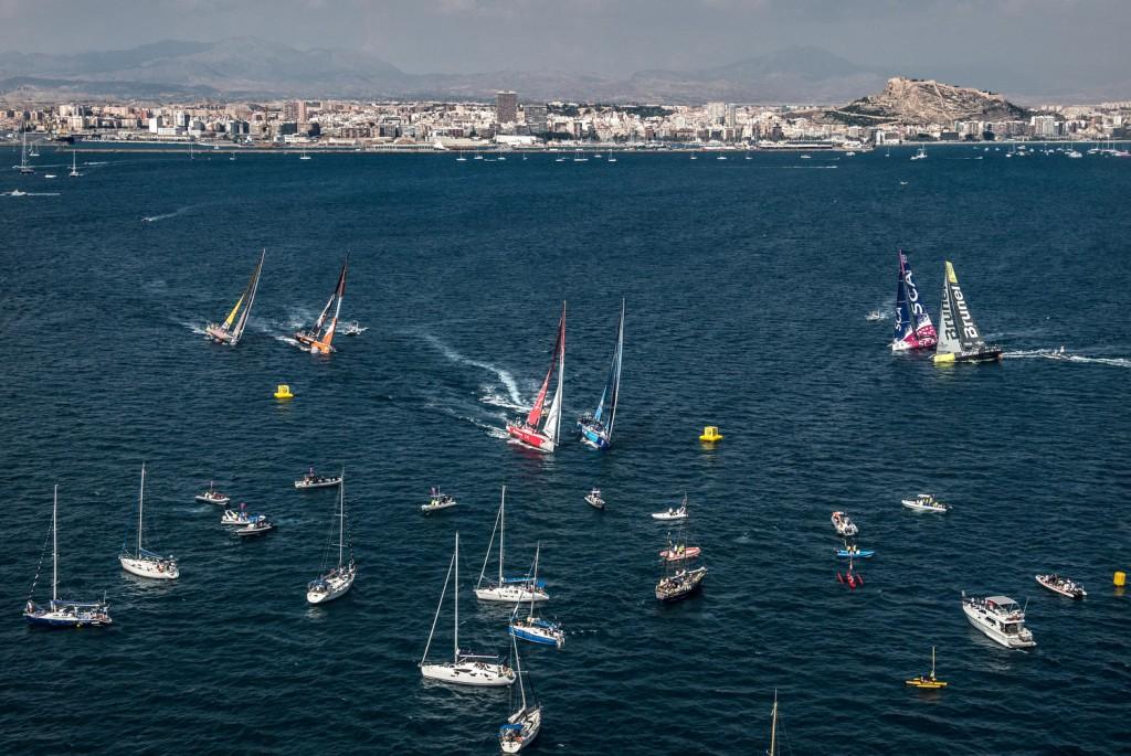 Team Vesta e Dongfeng girano in testa la prima bolina della Inport ad Alicante, ma alla fine sarà Alvimedica a prevalere.