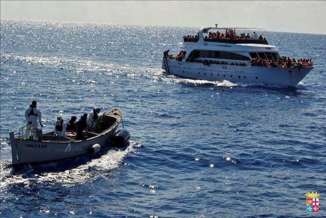 La Marina Militare intercetta una nave madre. In tutto saranno 16 gli scafisti arrestati nella notte fra l'1 e il 2 ottobre