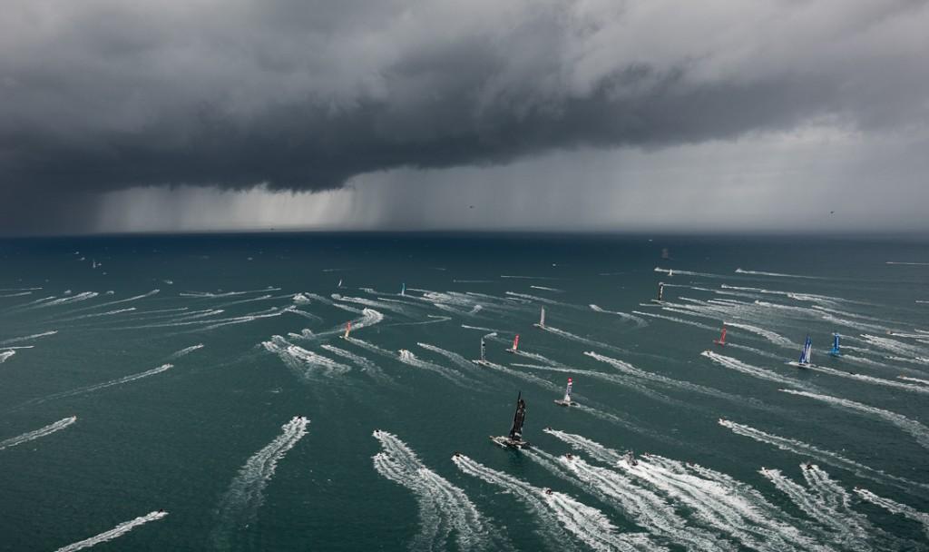 Spindrift 2 di Yann Guichard naviga verso il groppo subito dopo la partenza. (Photo © Chris Schmid/Spindrift racing