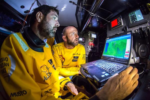 Simon Fisher, navigatore di ADOR, insieme allo skipper Ian Walker alla navigation stat su Azzam. Si nota la strumentazione B&G. Foto Knighton