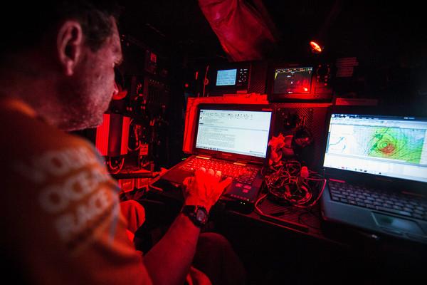 Il navigatore di Alvimedica Will Oxley al lavoro per studiare l'evolversi della depressione tropicale a est di Mauritius. Si nota la strumentazione B&G. Foto Ross