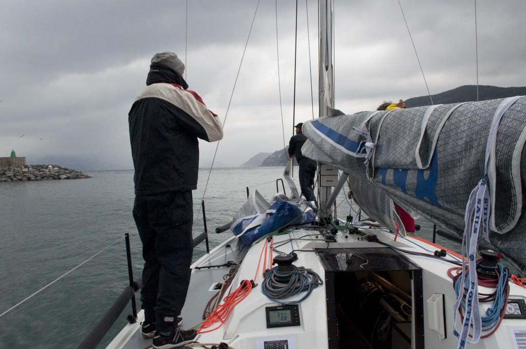La nostra prova a bordo dell'Italia 9.98 è avvenuta in condizioni toste: pioggia, vento e mare non hanno però impedito all'entry level di dimostrare tutte le sue qualità